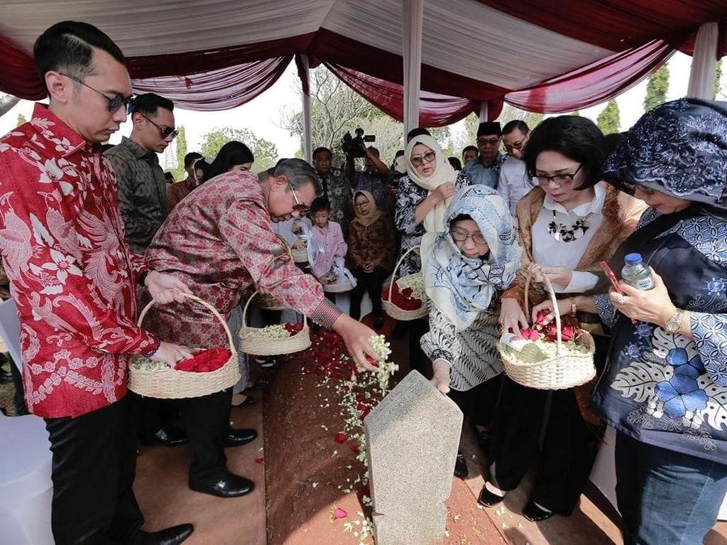 Bersama Sang Mertua, SBY Ziarah ke Makam Ani Yudhoyono di TMP Kalibata