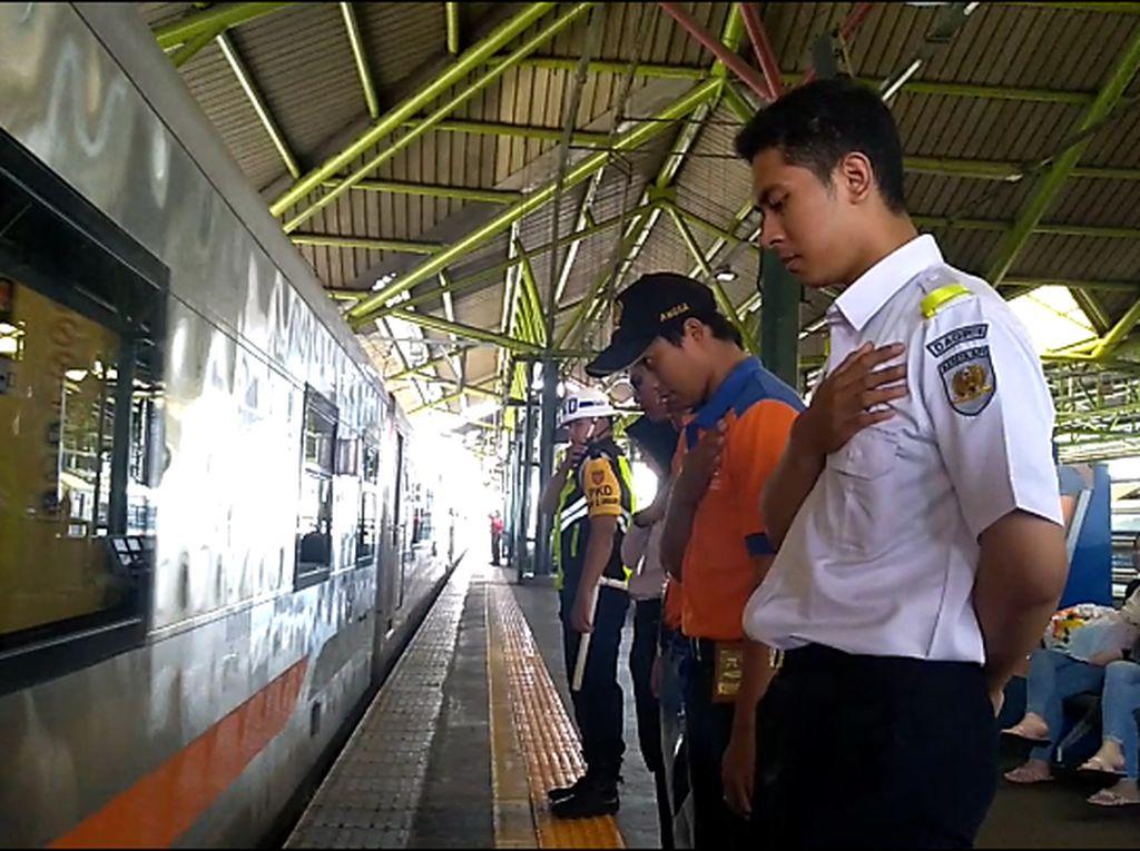 Salam Penghormatan dari PT KAI untuk Pemudik di Stasiun Gambir