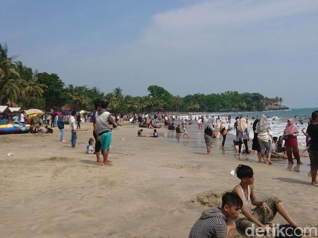 Libur Lebaran, Pantai Anyer Dipadati Wisatawan