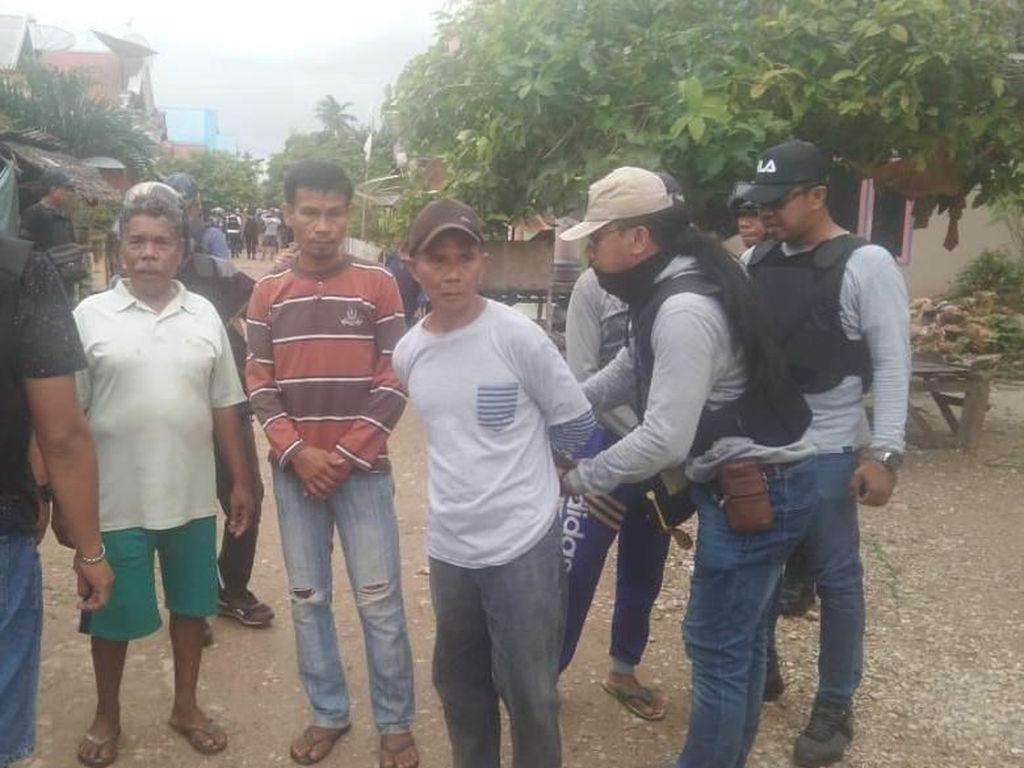 Tangan Diborgol, 81 Orang Pelaku Pembakaran di Buton Dibawa ke Polda Sultra