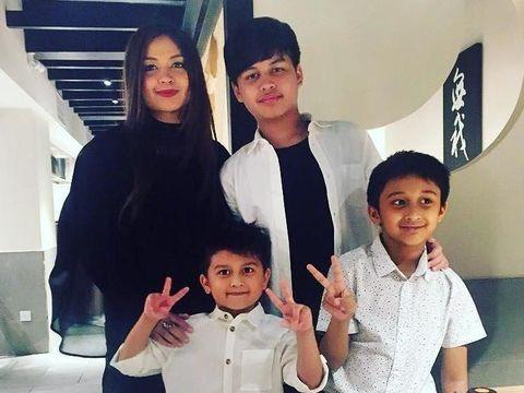 Emilia Hanafi dan Anak-anaknya