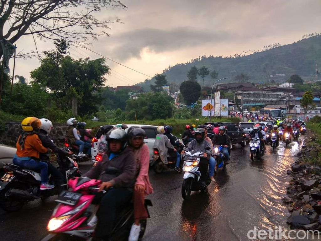 Genangan 50 Cm Penyebab Kawasan Wisata Cikole-Lembang Macet