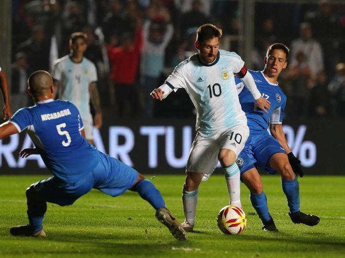 Aksi Lionel Messi saat membantu Argentina mencukur Nikaragua 5-1 dalam laga ujicoba menatap Copa America 2019. (Foto: Agustin Marcarian/Reuters)