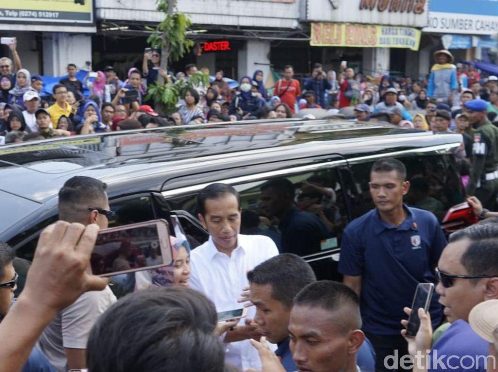 Jokowi Sekeluarga ke Pasar Beringharjo Yogya Borong Batik