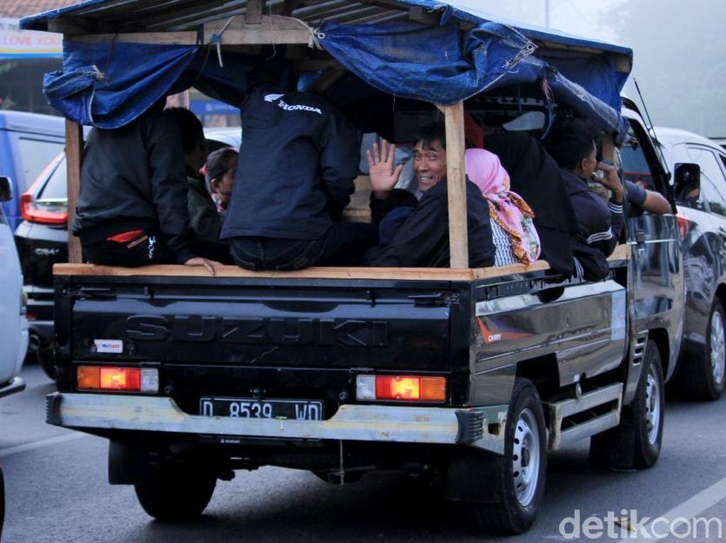 Meski Dilarang, Pemudik Masih Gunakan Mobil Bak Terbuka