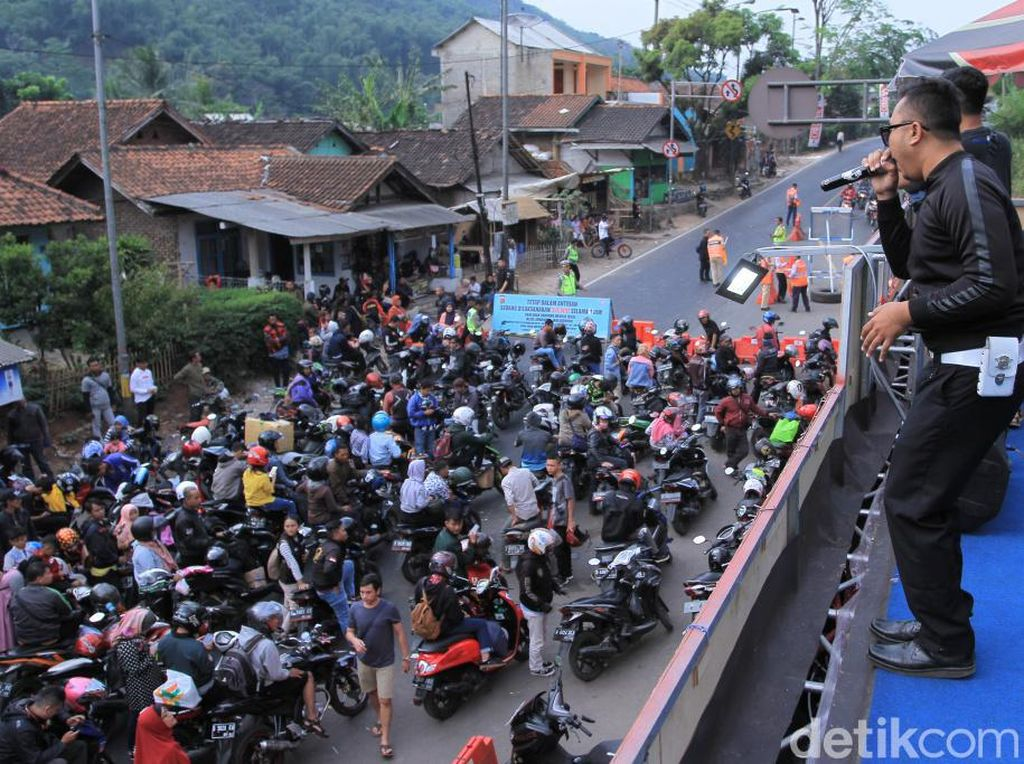 Police Band Hibur Warga yang Tertahan One Way di Pospol Cikaledong