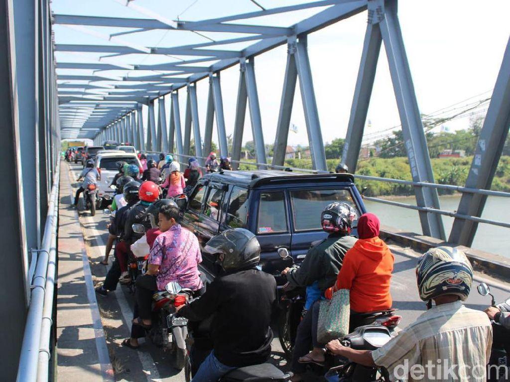 Arus Balik Jombang-Lamongan Macet Parah, Antrean Kendaraan 1,5 Km