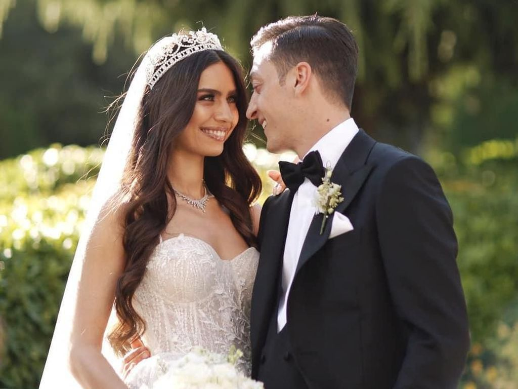 Dinikahi Mezut Ozil, Ratu Kecantikan Turki Menawan Berbalut Gaun Putih