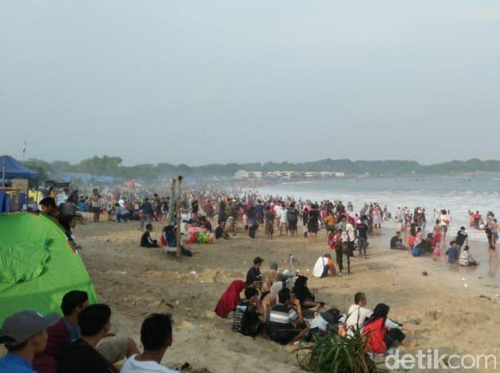 Libur Lebaran, Wisatawan Padati Pantai Santolo Garut
