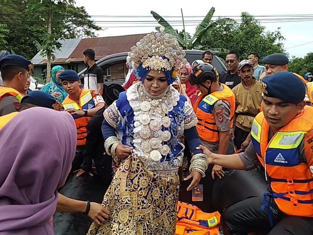 Pelaminan Terendam Banjir, Pernikahan Agus dan Mardiana Tetap Digelar