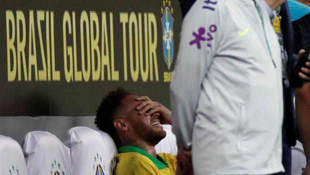 Neymar menangis saat cedera di laga melawan Qatar.