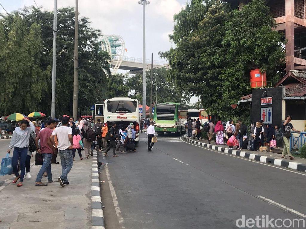 Arus Balik, Pemudik dari Berbagai Daerah Tiba di Terminal Kampung Rambutan