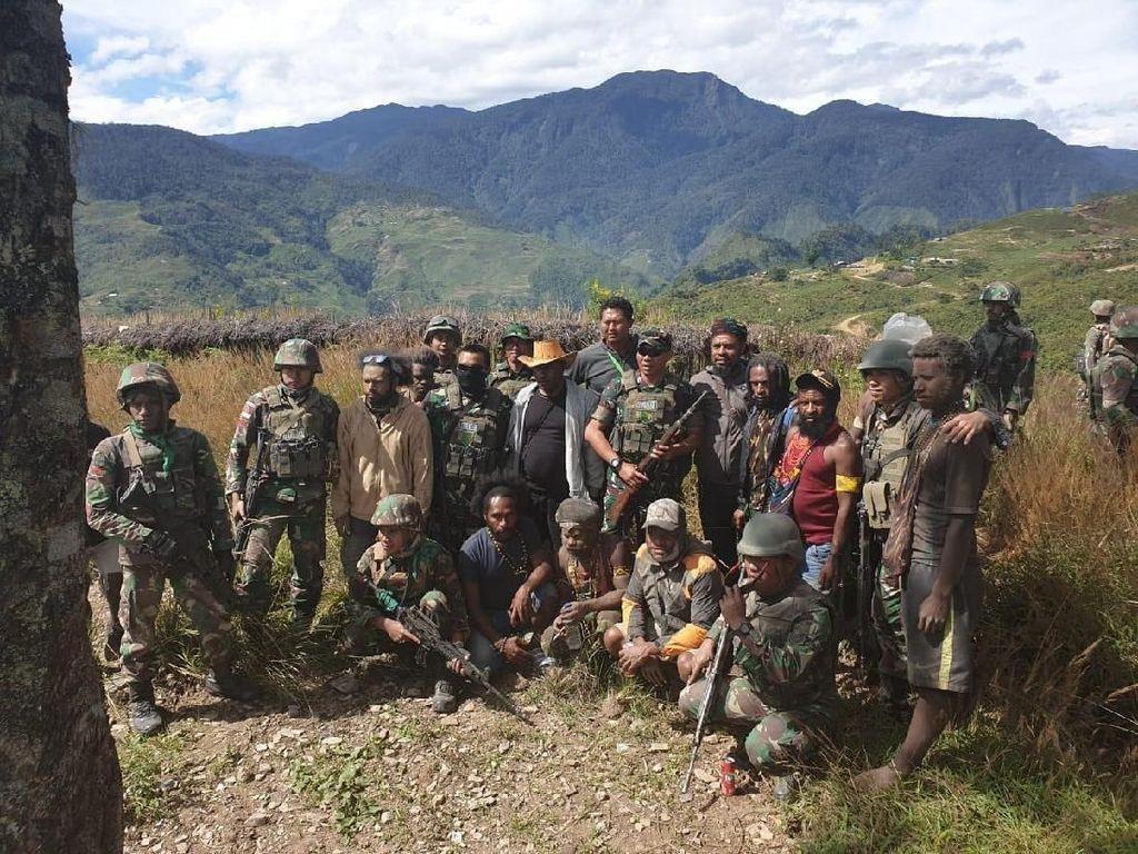 Detik-detik Ajudan Goliat Tabuni Ikrar Setia NKRI di Hadapan TNI