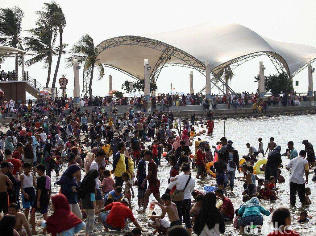 Warga Ramai-ramai Kunjungi Ancol di Hari Terakhir Libur Lebaran
