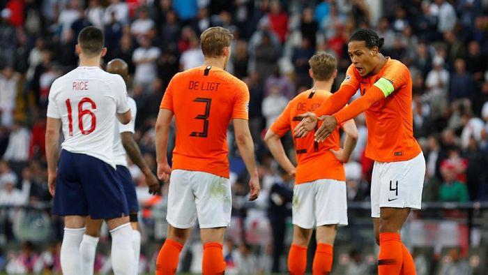 Duet Van Dijk dan De Ligt untuk mematikan Cristiano Ronaldo di final UEFA Nations League (REUTERS/Rafael Marchante)