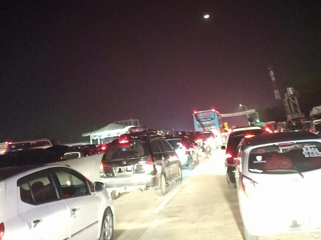 Macet, Maya Habiskan 4 Jam Tempuh 20 Km Jelang GT Cikampek Utama
