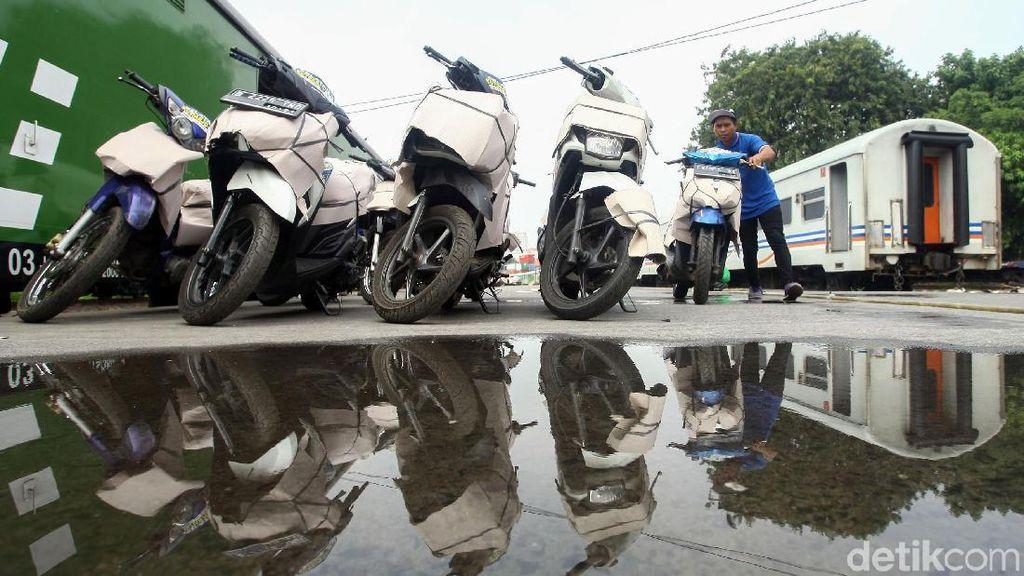 Ribuan Motor Balik ke Jakarta Diangkut Kereta