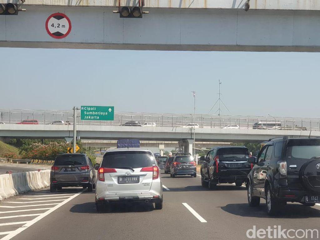 Jalan Tol Sudah Searah, Masih Banyak Pengemudi Mobil Lewat Bahu Jalan