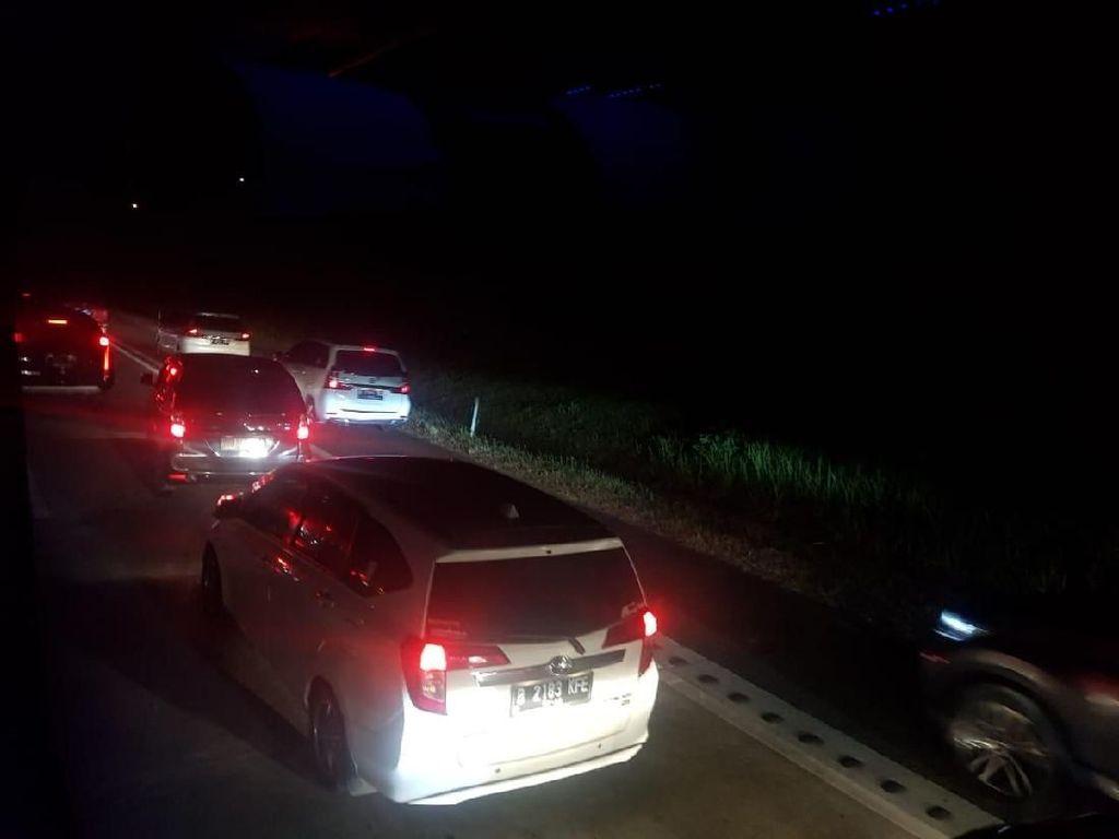 Kendaraan Gunakan Bahu Jalan Hindari Macet di Tol Palimanan ke Cikampek