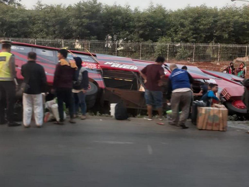 Ada Bus Terguling, Tol Jakarta Arah Cikampek Macet Jelang KM 25