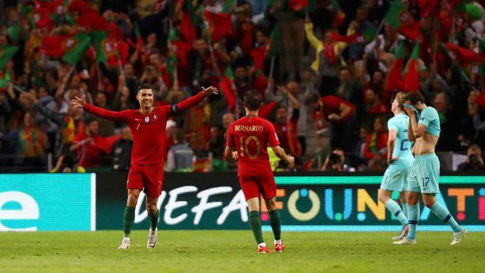 Cristiano Ronaldo (kiri) menjadi topskorer UEFA Nations League, sementara Bernardo Silva menjadi pemain terbaik turnamen. (Foto: Dean Mouhtaropoulos/Getty Images)