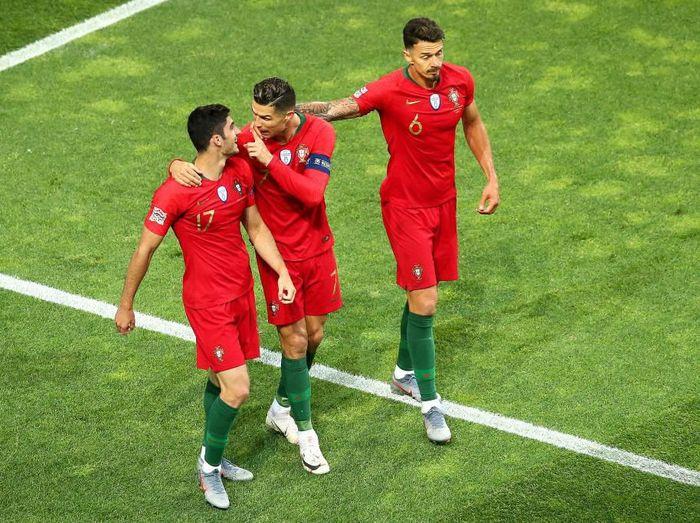 Pemain Portugal, Cristiano Ronaldo dan Goncalo Guedes, merayakan gol ke gawang Belanda di final UEFA Nations League. (Foto: Jan Kruger/Getty Images)