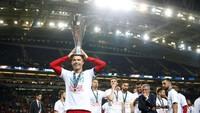 Cristiano Ronaldo mengangkat trofi juara UEFA Nations League. Tak ada gol atau assist dia berikan, tapi Ronaldo tetap berkontribusi besar untuk timnya. (Reuters/Carl Recine)