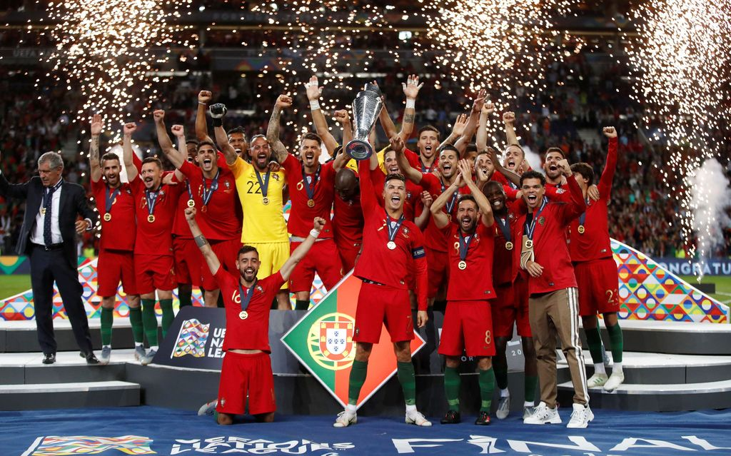Soccer Football - UEFA Nations League Final - Portugal v Netherlands - Estadio do Dragao, Porto, Portugal - June 9, 2019  Portugal's Cristiano Ronaldo and team mates celebrate winning the UEFA Nations League Final with the trophy          Action Images via Reuters/Carl Recine       TPX IMAGES OF THE DAY
