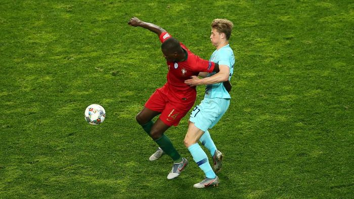 Frenkie de Jong (kanan) berebut bola dengan William Carvalho. (Foto: Jan Kruger/Getty Images)