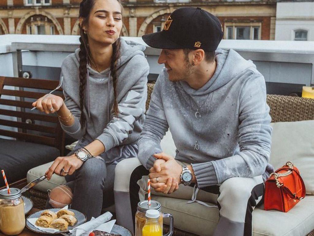Sah! Begini Kemesraan Amine Gulse dan Mesut Ozil Saat Kulineran