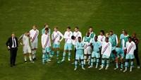 Pemain-pemain Belanda tertunduk lesu setelah dipaksa mengakui keunggulan Portugal. (REUTERS/Susana Vera)