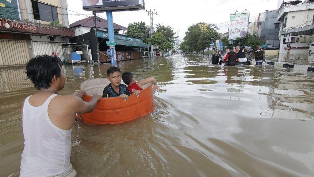 Potret Banjir di Samarinda Lumpuhkan Aktivitas Warga