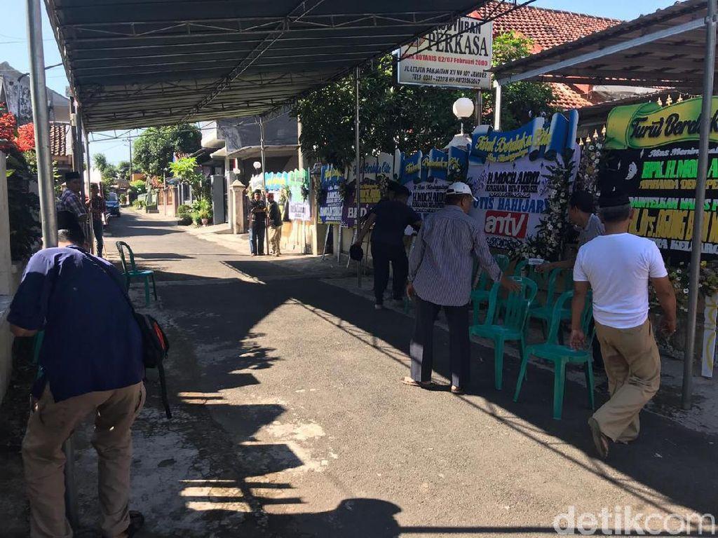 Persiapan Keluarga Sambut Kedatangan Jenazah Ayah Dewi Perssik di Jember