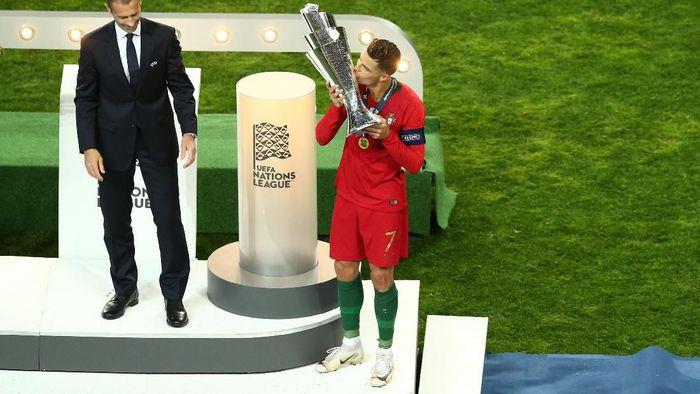 Kapten Timnas Portugal, Cristiano Ronaldo mengecup trofi juara UEFA Nations League Foto: Jan Kruger/Getty Images