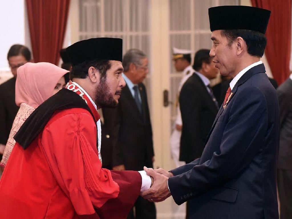 Ketua MK Jelaskan Pose Fotonya Bersama Jokowi yang Viral di Medsos