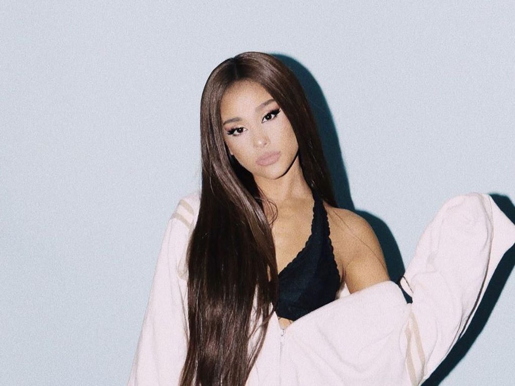 Ariana Grande Tampil dengan Rambut Digerai, Netizen Heboh Bikin Petisi