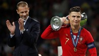 Ini menjadi trofi internasional kedua Portugal dan juga Ronaldo. Gelar juara Piala Eropa dan UEFA Nations League menyempurnakan titel yang sudah banyak diraih Ronaldo di level klub. (Reuters/Carl Recine)