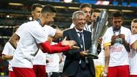 Pelatih Portugal, Fernando Santos, mengangkat trofi juara (Reuters/Carl Recine)