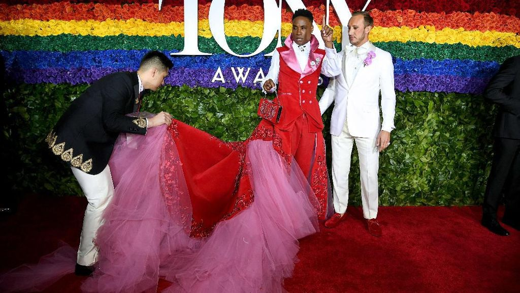 Hadiri Ajang Penghargaan, Aktor Ini Pakai Gaun Panjang Lagi
