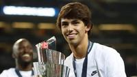 Pemain belia Portugal yang tengah jadi sensasi, Joao Felix, ikut mengangkat trofi juara (Reuters/Carl Recine)