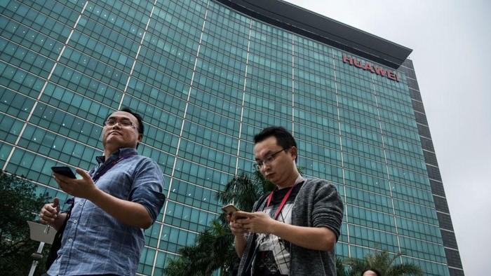 Karyawan di kantor pusat Huawei. Foto: Getty Images