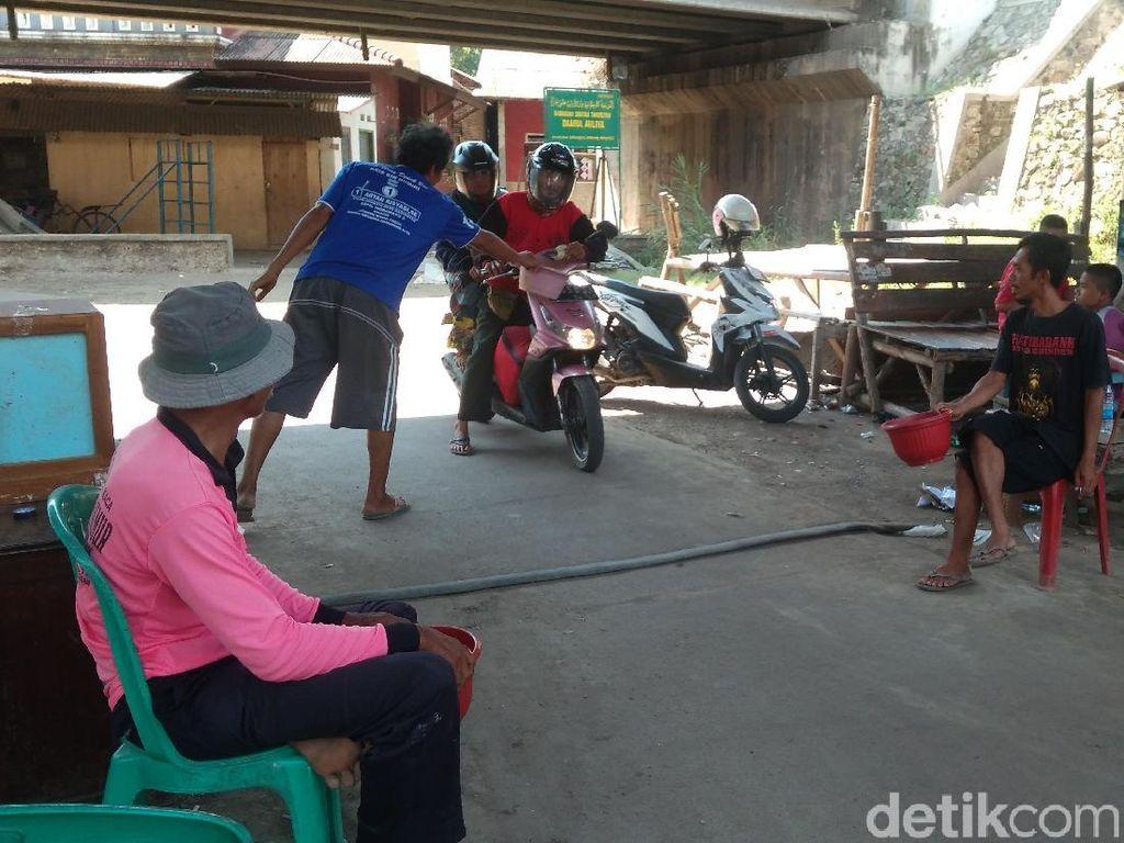 Warga Pungut Duit Pengendara yang Lewat Jalan Tikus di Indramayu