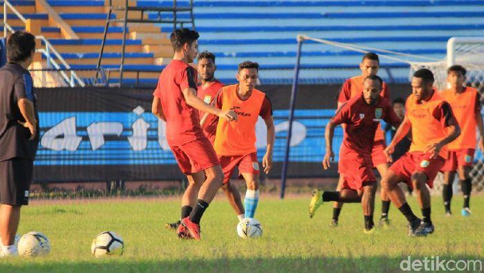 Persela Lamongan menjalani latihan di Stadion Surajaya. (Foto: Eko Sudjarwo/Detikcom)