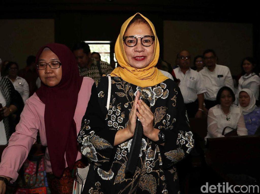 Senyum Eks Dirut Pertamina Karen Agustiawan Jelang Sidang Vonis