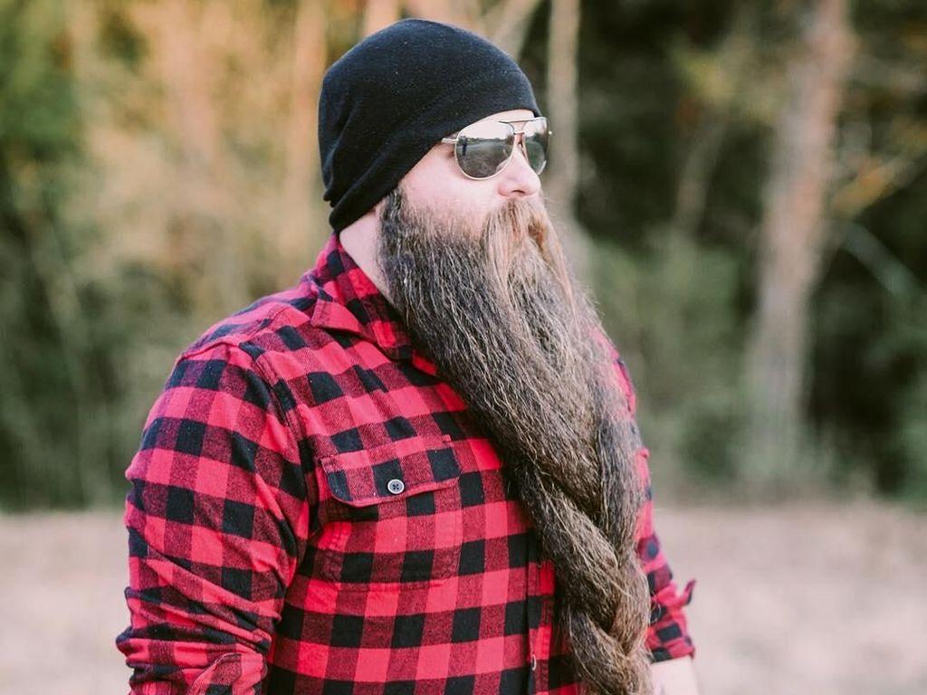 Penampilan Unik Pria yang 5 Tahun Panjangkan Jenggot