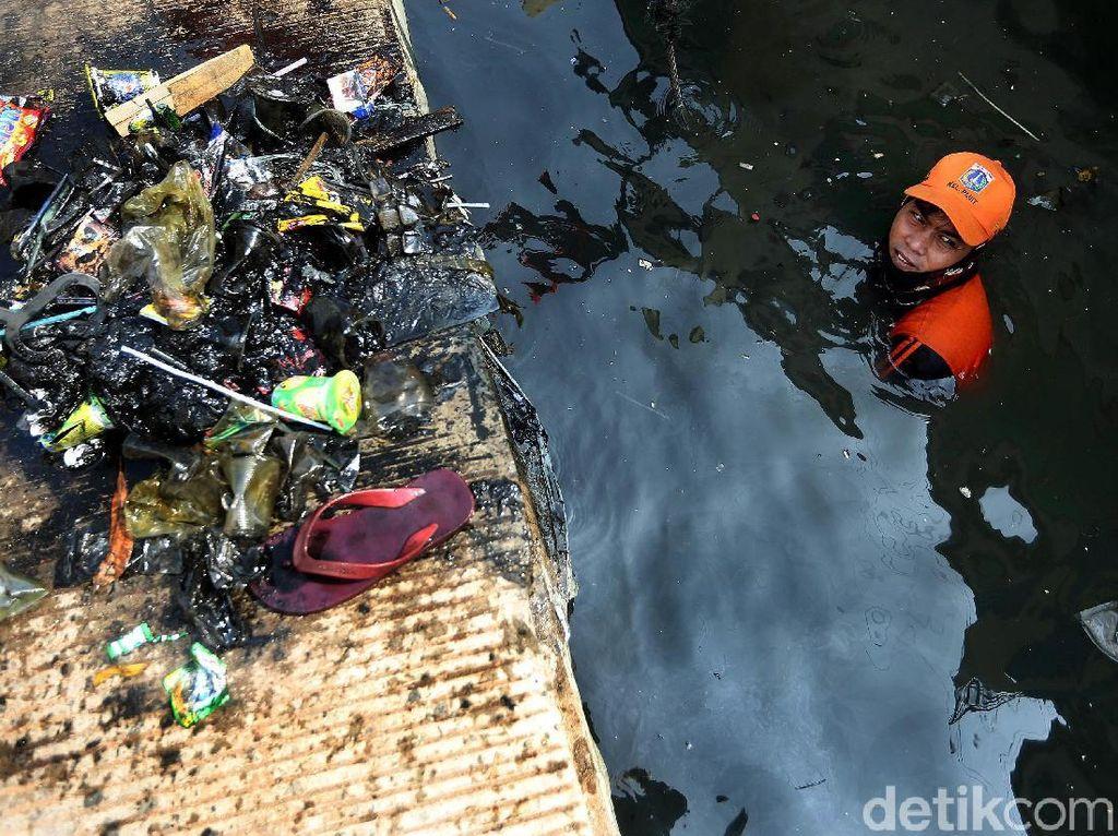 Aksi Pasukan Oranye Bersihkan Sisa Sampah Lebaran di Muara Angke