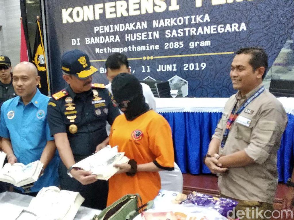 Polisi Kejar Sindikat Penyelundup Sabu 2 Kg dalam Buku di Bandara Husein