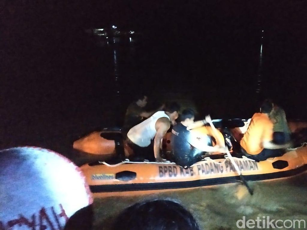Petugas Evakuasi Warga Padang Pariaman yang Terjebak Banjir