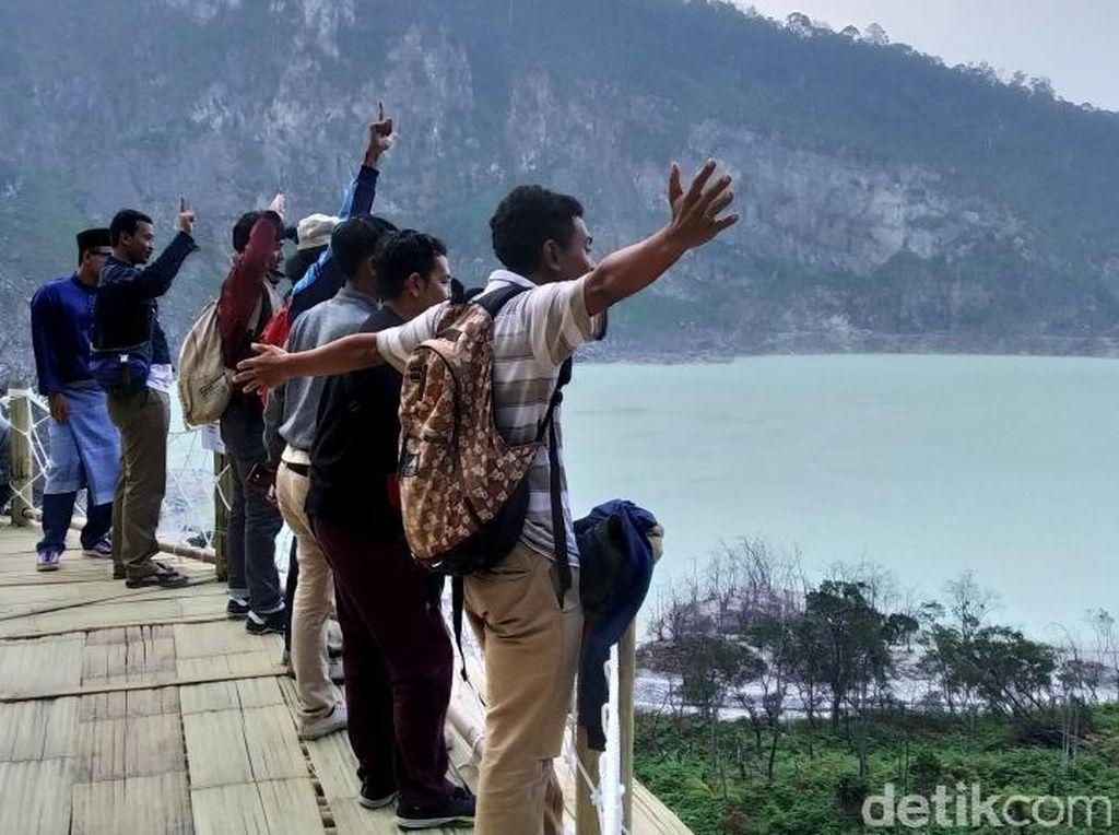 Kawah Putih Bandung Banjir Wisatawan