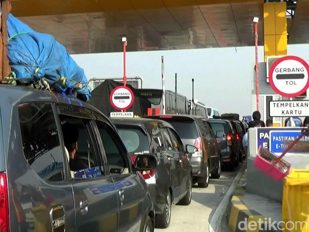 Video Macet Parah di Tol Cikampek, Kendaraan Merayap